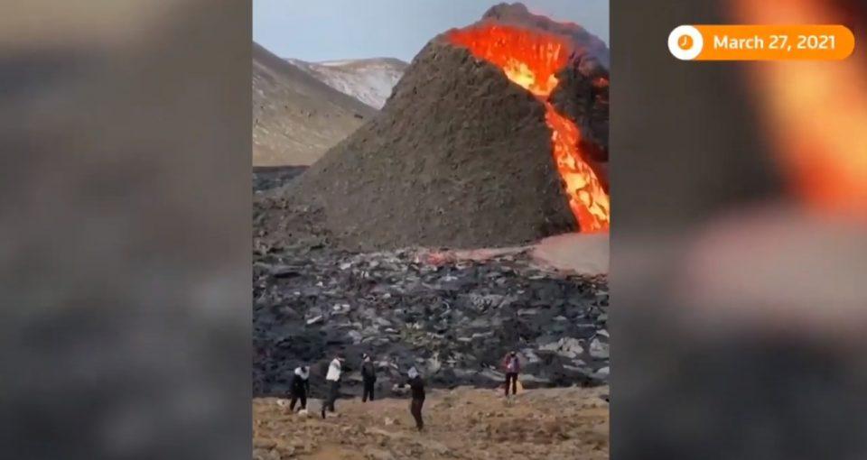 ЗАШТРАШУВАЧКО ВИДЕО ОД ИСЛАНД: Додека вулканот еруптира играат одбојка