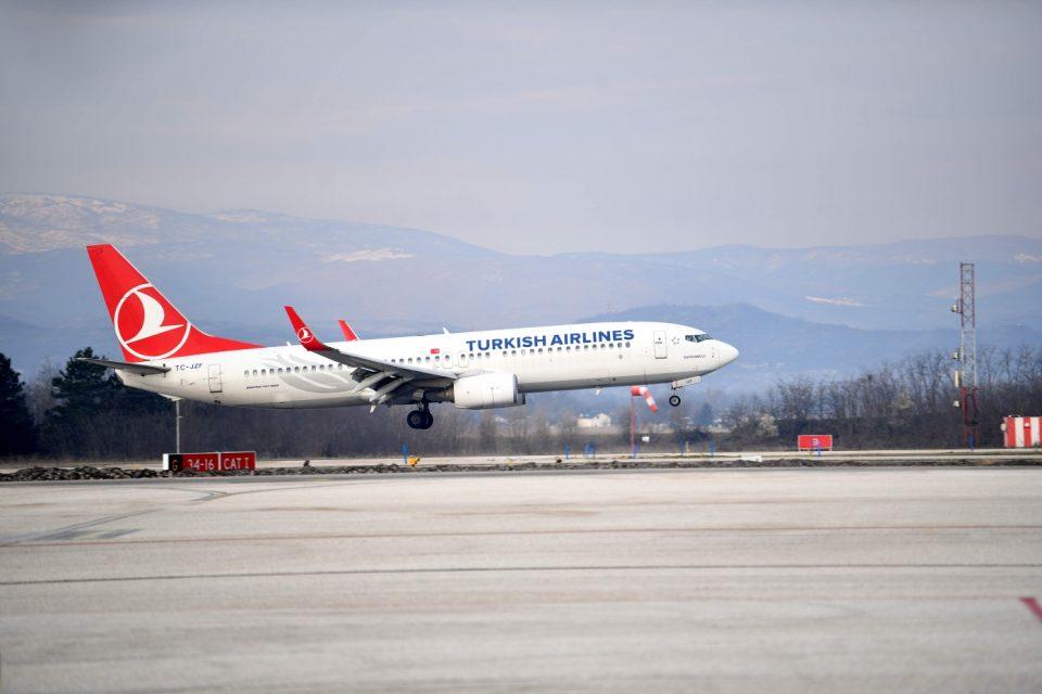 Патник скокнал од авион во движење на аеродром