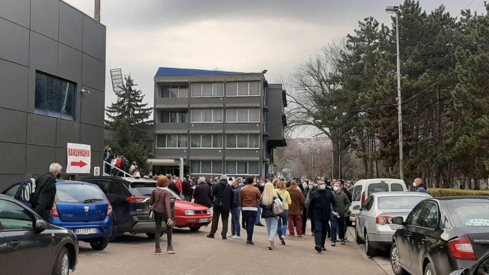 Гужви и по некоја кавга за одење преку ред до вакцина во Ниш, се враќаат оние што немале закажано термин