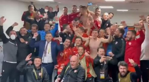 (ВИДЕО) Фудбалерите слават – Во соблекувалната на Македонија ечи излези момче!