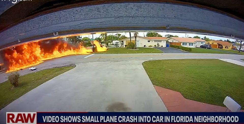 (ВИДЕО) Авион се урна врз автомобил во движење