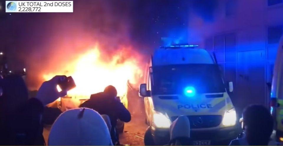 (ВИДЕО) Хаос во Англија: Тешко повредени полицајци, запалени и превртени возила на протестите против полицијата