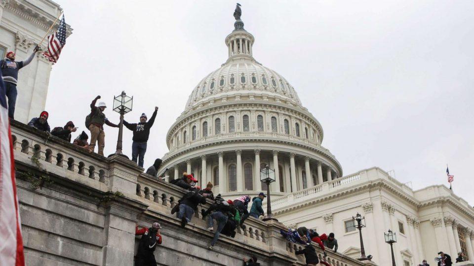 Полицајци од Капитол Хил го тужат Трамп за немирите на 6 јануари