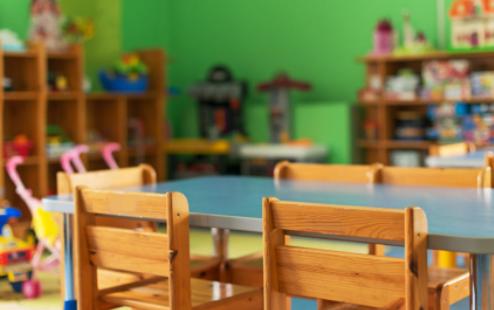 Родителите месечно плаќаат во градинките, но место за децата во групите нема