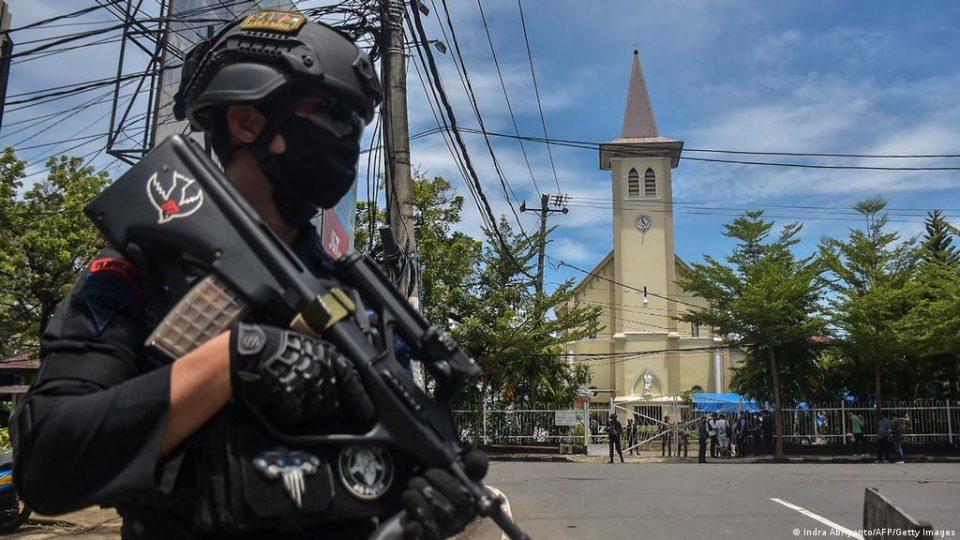 ФАТЕНИ НА КАМЕРА: Бомбаши-самоубијци повредија најмалку 20 лица во црква во Индонезија