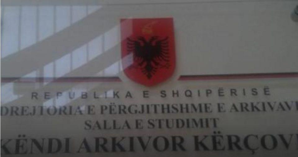 """Еднојазичен напис, албанско знаме и зборовите """"Република Албанија"""" го красат влезот во кичевскиот Центар за култура"""