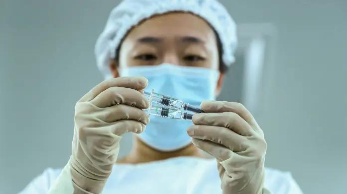 Болничарка во Кина заболела од Ковид-19 и покрај примена вакцина