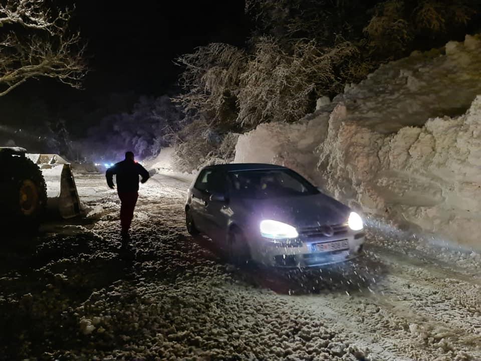 (ФОТО) Расчистени лавините кај Бигорскиот манастир, едно лице е повредено
