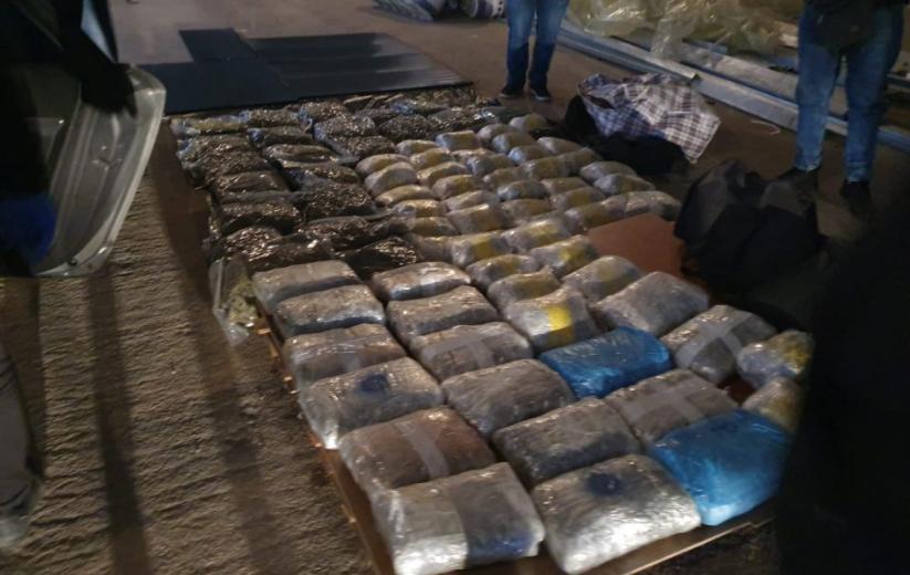 (ФОТО) Голема полициска акција кај Росоман: Приведени двајца дилери со 200 кг марихуана