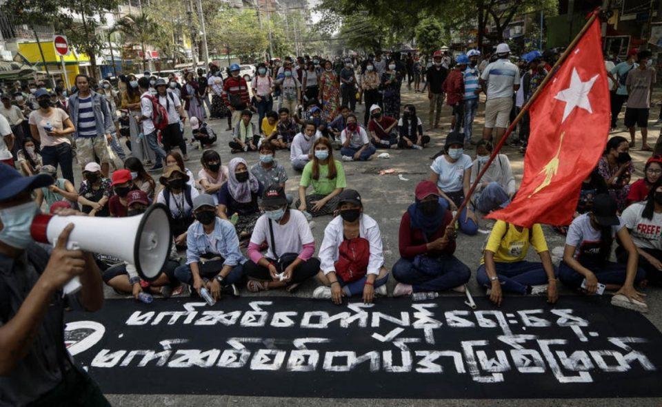 Полицијата и војската во Мјанмар пукале по студенти кои биле на погреб