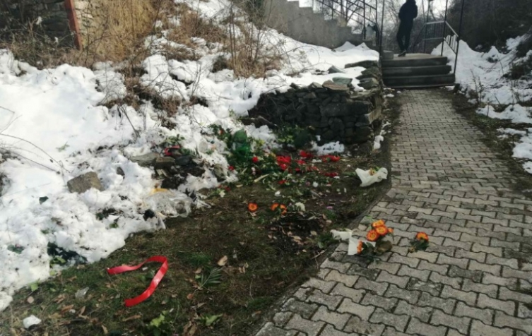 (ФОТО) Уништено местото на тетовско Кале каде пред неколку часа беше оддадена почит за бранителите од 2001 година
