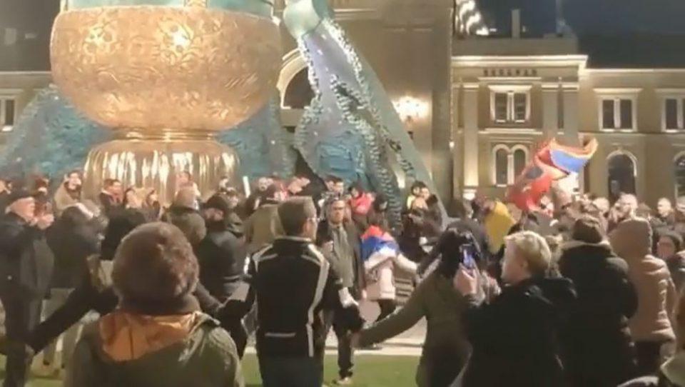 (ВИДЕО) Без маски и дистанца: Стотици Срби играа оро против владините мерки за Ковид-19