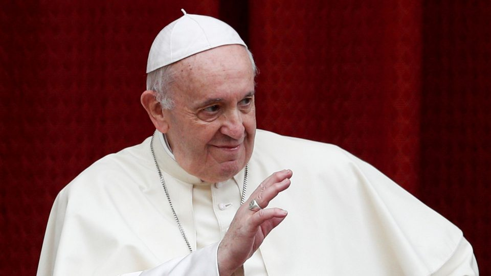 Папата нареди намалување на платите на сите кардинали и свештеници
