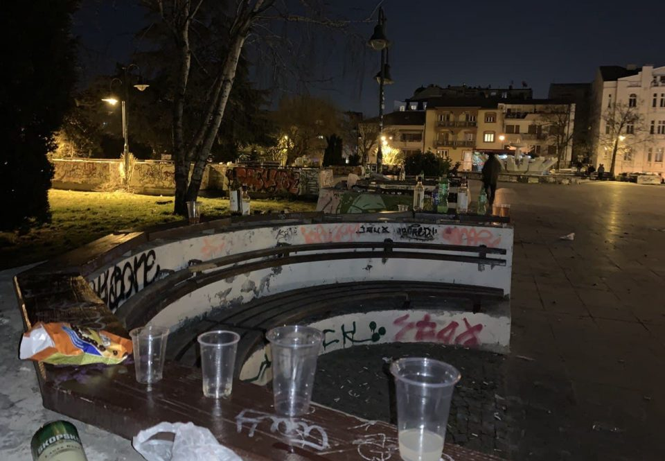 (ФОТО) Ѓубре, прљавштини и многу алкохол: Еве како изгледа градскиот парк по почетокот на полицискиот час