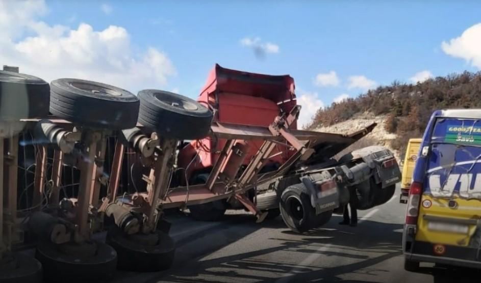 Камион се преврте на Плетвар, се вози по една коловозна лента