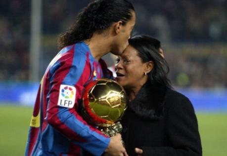 Роналдињо тргна по лош пат по смртта на неговата мајка