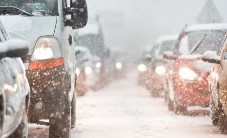 Сообраќај по влажни коловози со остатоци од кашест снег – Возете внимателно!