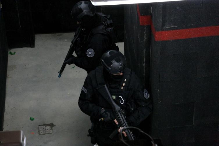 """(ФОТО) Голема акција на """"Тигрите"""" во Чаир – запленето оружје"""