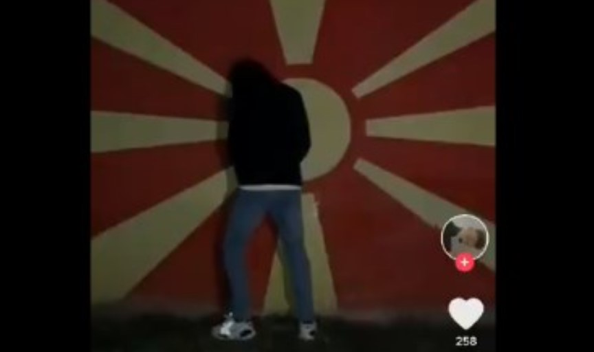 Кривична пријава за момчето кое го сквернавеше македонското знаме – еве колкава казна му следува