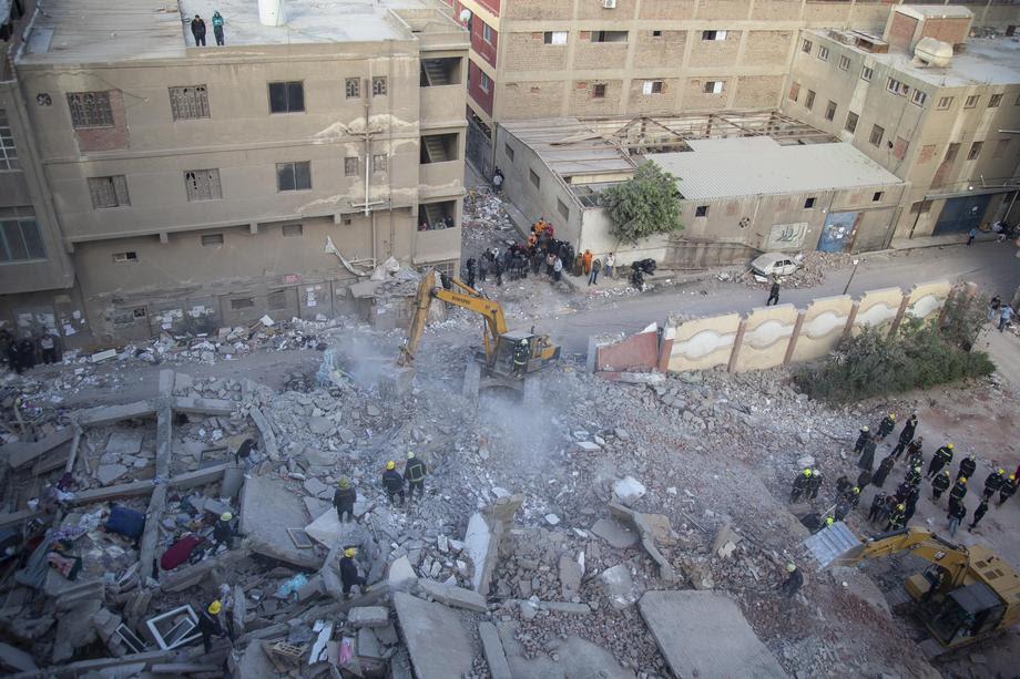 Најмалку 22 лица загинаа при рушење на зграда во Египет