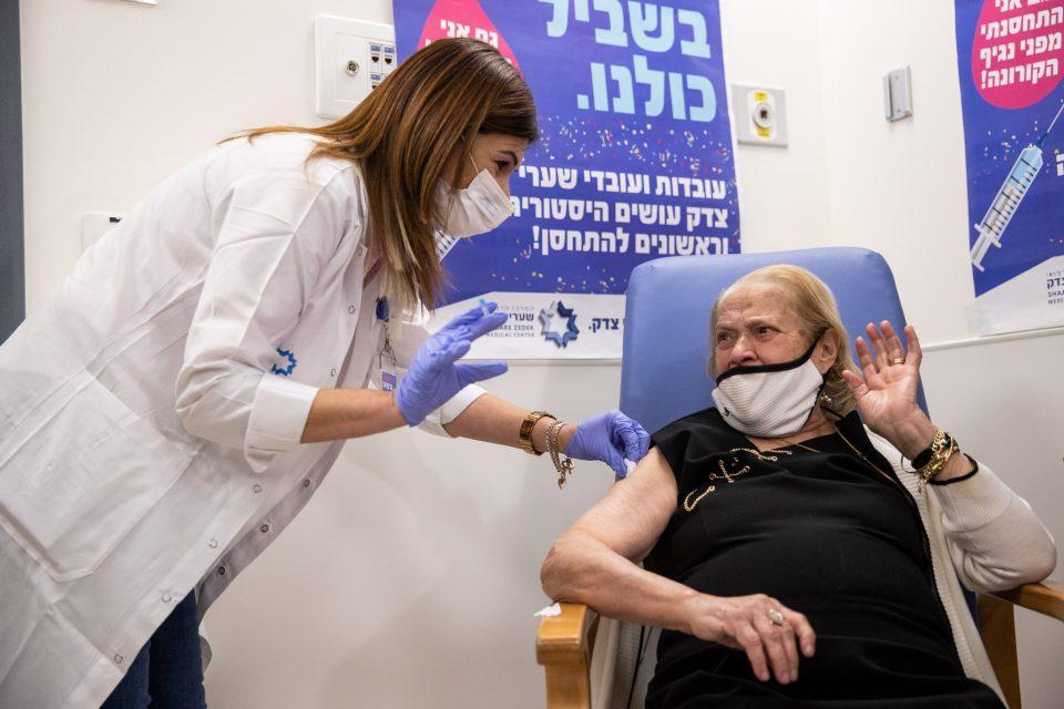 Израел го врати животот во нормала: Половина од населението веќе е ревакцинирано