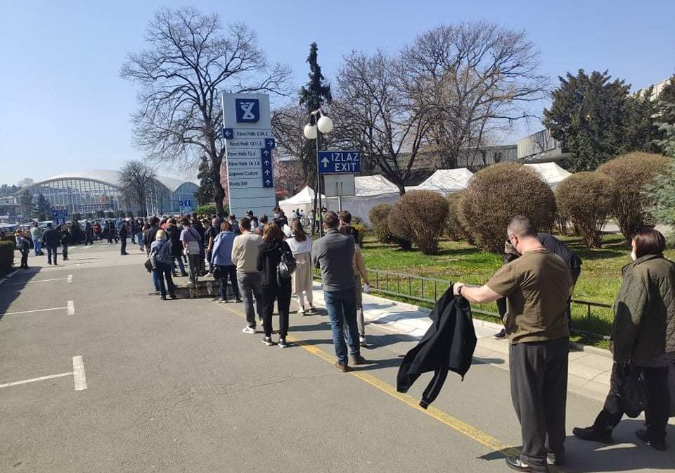 (ФОТО) РЕКА НАРОД: Македонците чекаат ред за вакцинирање во Белград!