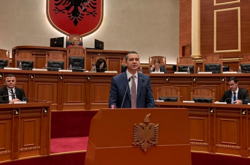 Стерјовски првпат се обрати на македонски јазик од собраниската говорница во албанскиот Парламент