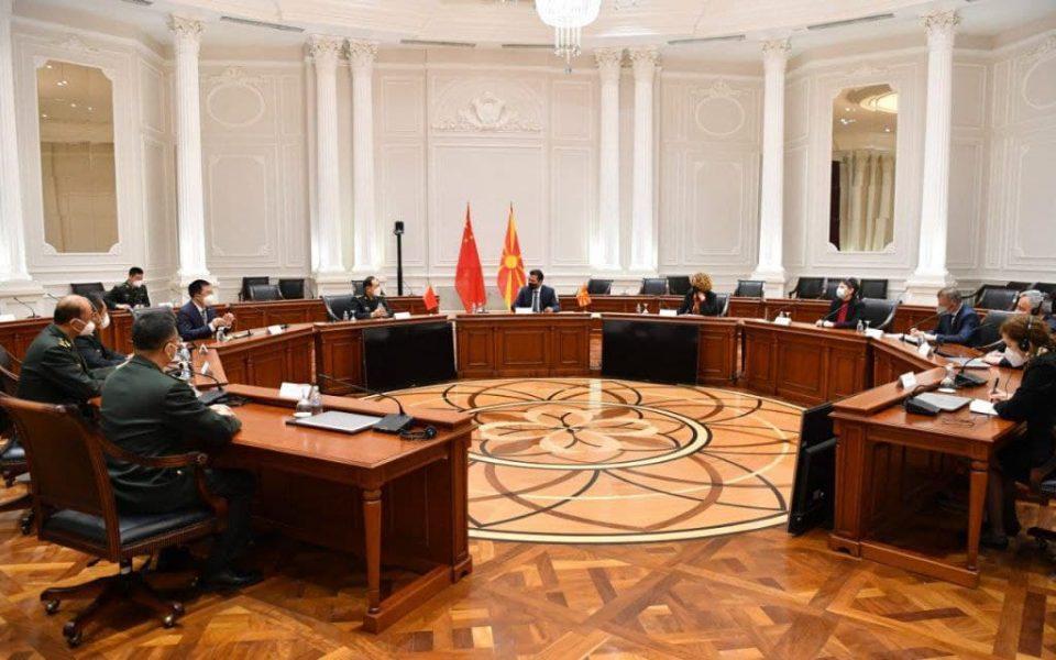 (ФОТО+ВИДЕО) Заев ги тргна знамињата од НАТО и ЕУ од владата за да му се допадне на кинескиот министер