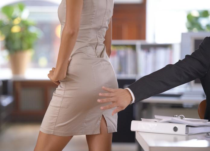 (ВИДЕО): СКАНДАЛ: Политичар ја фатил асистентката за задникот