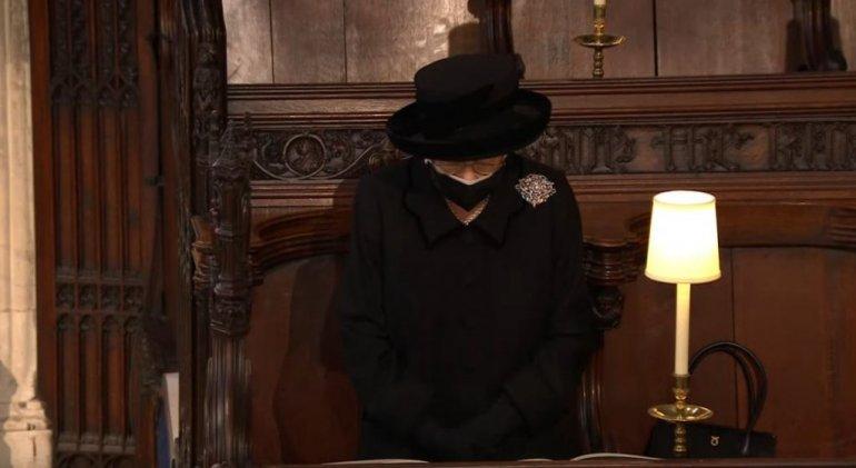 Кралицата Елизабета во солзи, на погребот пристигна одвоено од останатите членови на семејството