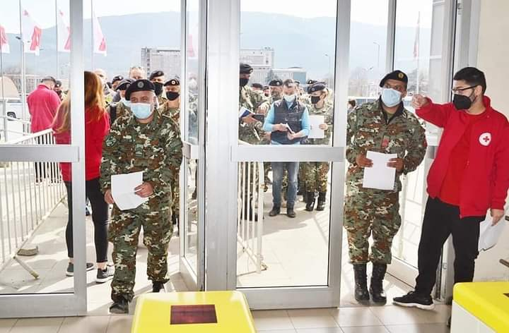 """(ФОТО) Денеска во """"Борис Трајковски"""" се вакцинираа припадниците на Армијата"""