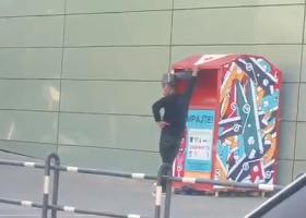 """(ВИДЕО) Човек стави дете во контејнер за донации кај """"Сити мол"""""""