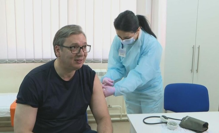 (ФОТО+ВИДЕО) Александар Вучиќ се вакцинираше против коронавирусот