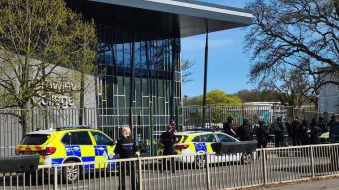 Оружен инцидент близу колеџ во Англија, две лица повредени