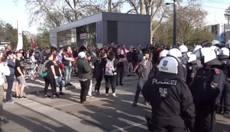 Илјадници луѓе на протести против рестриктивните мерките во Виена, 14 лица уапсени