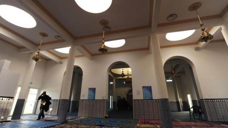 Со нож повредени пет лица во џамија во Тирана