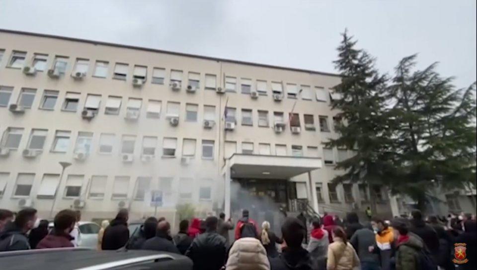 (ВИДЕО) Герила акција: Запалени моторите на Заев и Филипче пред министерството