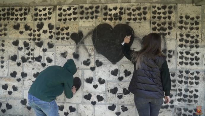 Исцртани над 4.108 срца на скопскиот кеј во спомен на жртвите од ковид