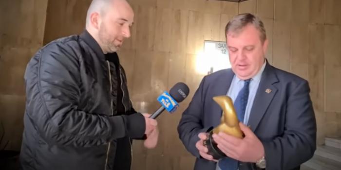 """(ВИДЕО) Каракачанов ја доби наградата """"Златен твор"""" за губитник на годината"""