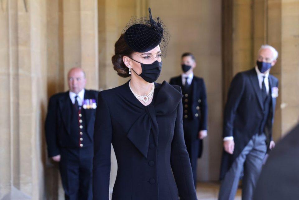 Накитот кој го носи Кејт Мидлтон на погребот на принцот Филип носи тајна порака