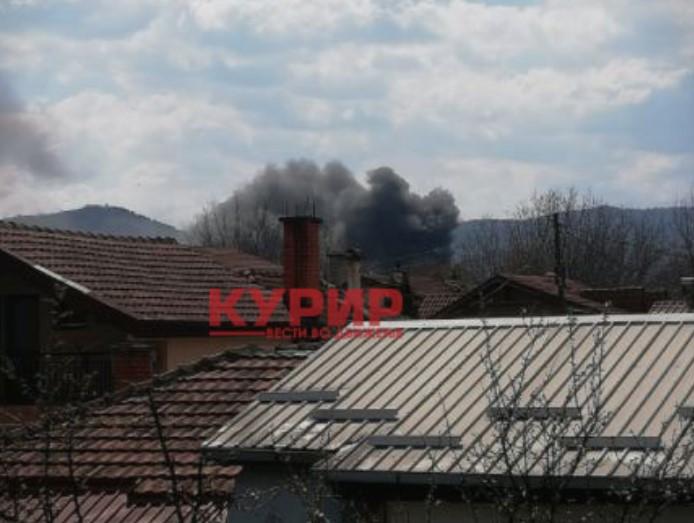 (ФОТО) Голем пожар во Усје, интервенираат четири противпожарни возила