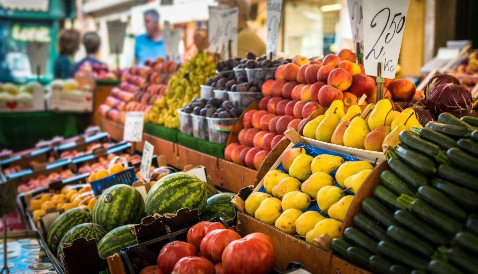 Зголемени трошоците за живот – зеленчукот, овошјето, маслото и шеќерот поскапи од претходната година