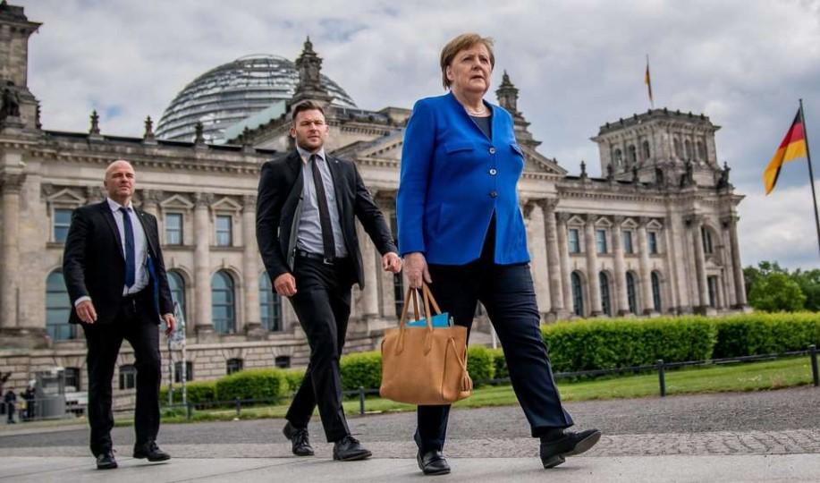 Владата на Меркел добива поголема моќ за справување со коронавирусот