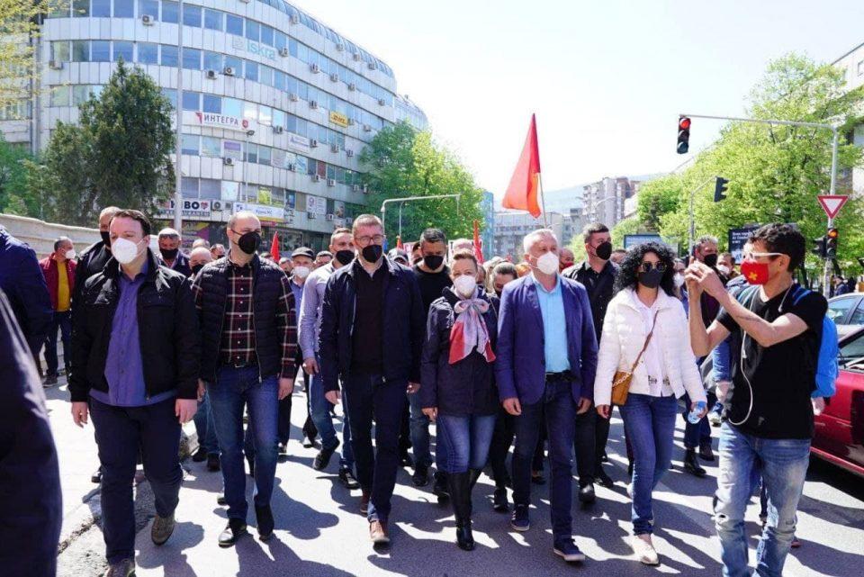 (ФОТО) Мицкоски на протестот пред Собрание: Уставобранителите се чесни граѓани на оваа земја!