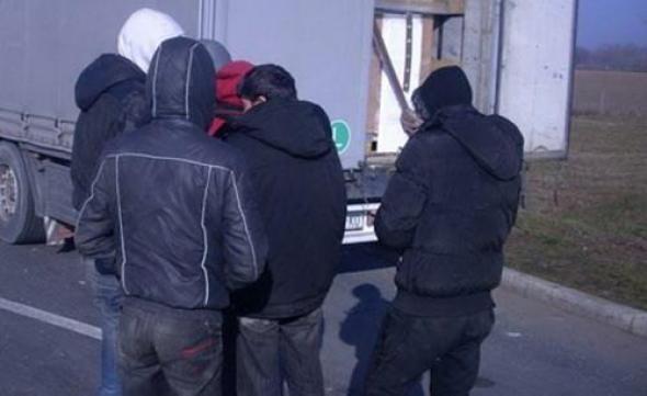 Во возило кај Градско пронајдени 21 илегален мигрант