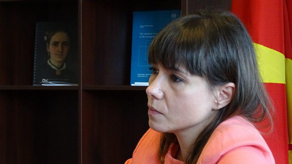 (ФОТО) Родителите со УЛТИМАТУМ до Царовска против дигитални учебници, продолжува бојкотот на наставата