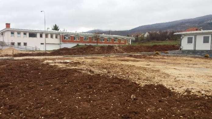 """(ФОТО) Погледнете колку се """"изгради"""" болницата пред која се снимаше Филипче"""