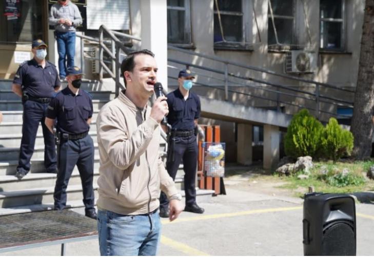 (ВИДЕО) Нелоски фрли балон со вода кон МЗ- Да го измиеме срамот, во Македонија умираат по 50 луѓе, а Заев и Филипче летаат со хеликоптер