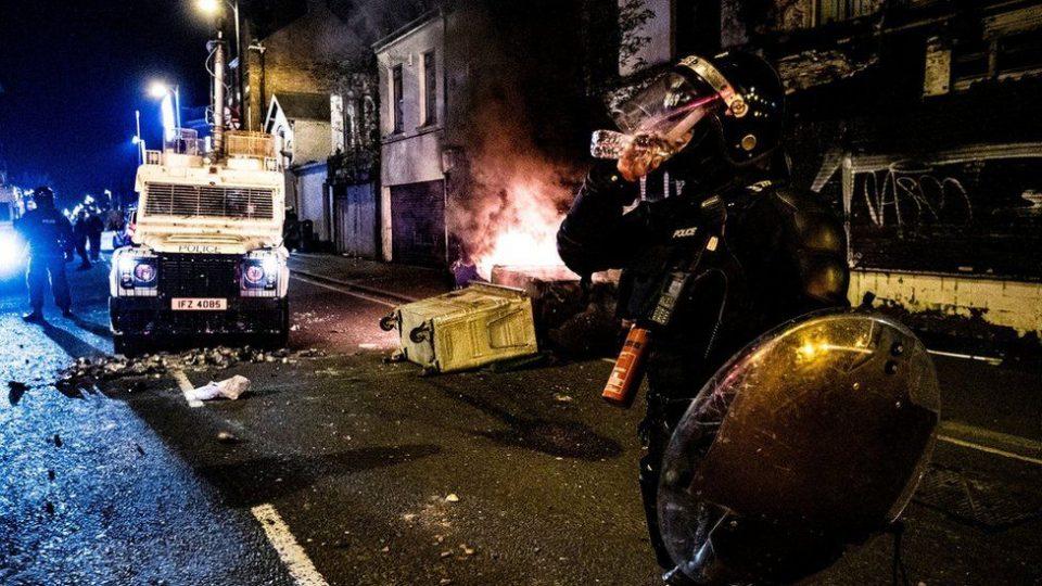 (ВИДЕО) Протести во Северна Ирска: Нападнати полицајци, запалени возила