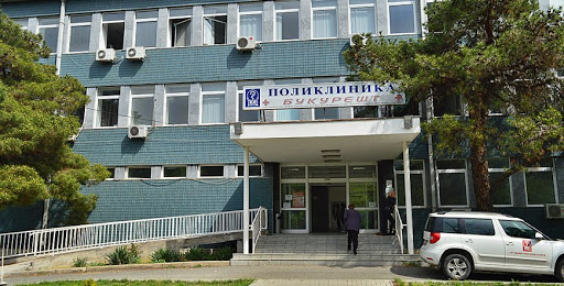 """(ФОТО) Хаос пред поликлиника """"Букурешт"""": Стари и изнемоштени лица чекаат со часови за вакцинација!"""